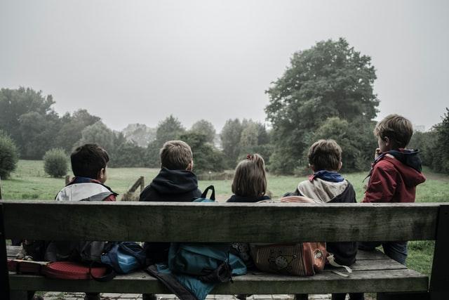 niños sentados en un banco