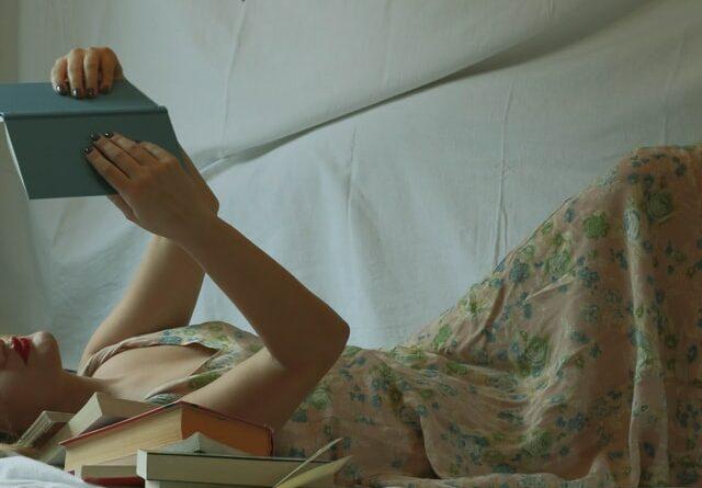 comprensión lectora - mujer leyendo tumbada en la cama