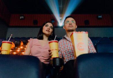 Pareja en sala de cine
