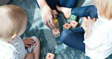 niños jugando con bloques de madera